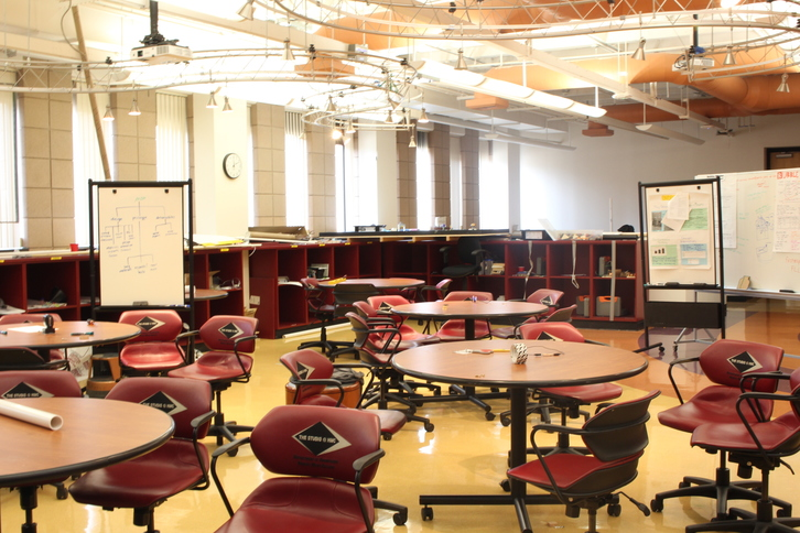 Circular tables and rolling chairs in the E4 classroom make it a good space for meetings and work.
