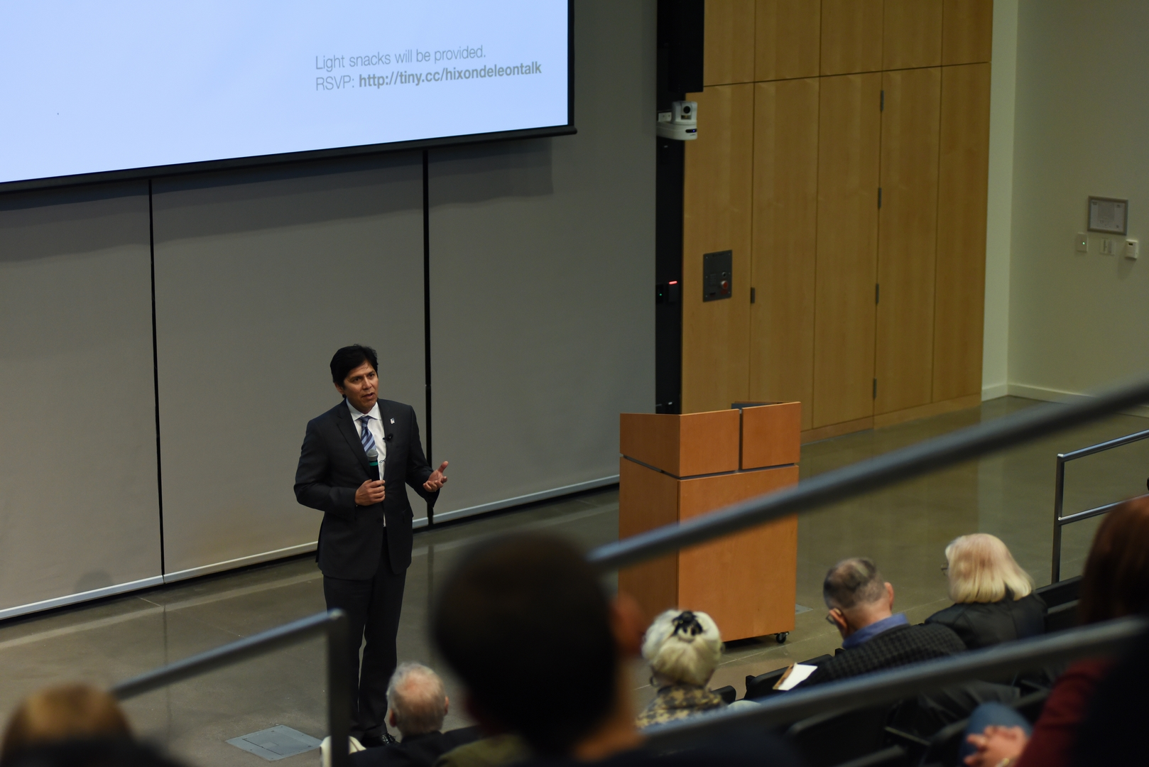 Senator Kevin de León speaks to audience.